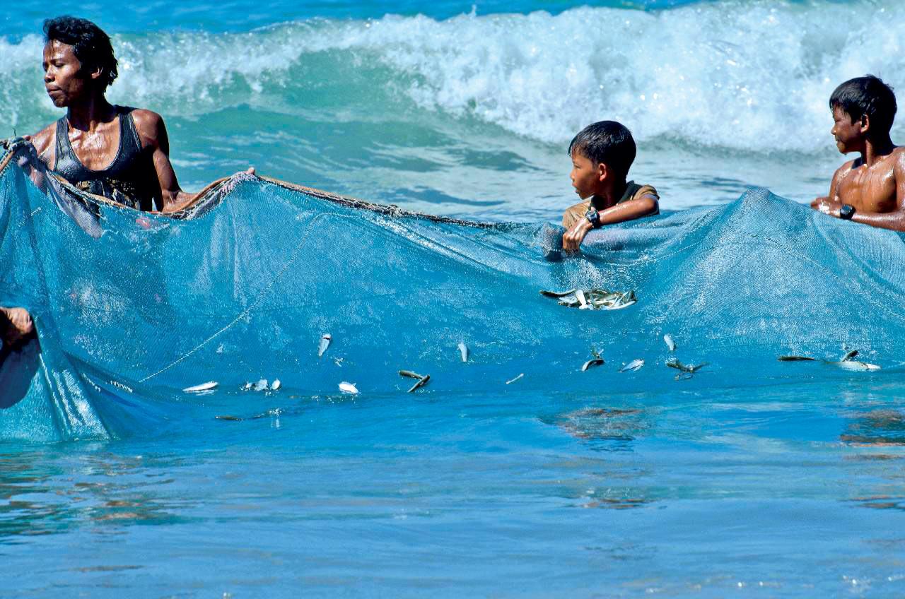 Ragazzi che pescano sul bagnasciuga di Ngapali